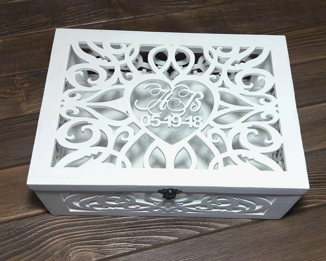 Белая свадебная коробка из дерева с инициалами