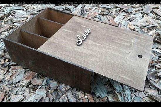 Деревянная коробка для бокалов и вина с лазерной гравировкой на крышке