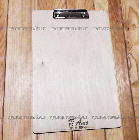 Планшеты с зажимом из дерева с гравировкой логотипа. Лазерная резка фанеры.