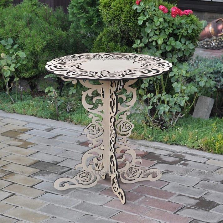 Кофейный столик из светлого дерева