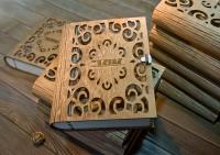 Деревянная шкатулка в форме книги