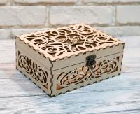 Узорная деревянная коробка с инициалами и именем