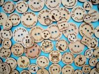 Пуговицы из дерева с гравировкой